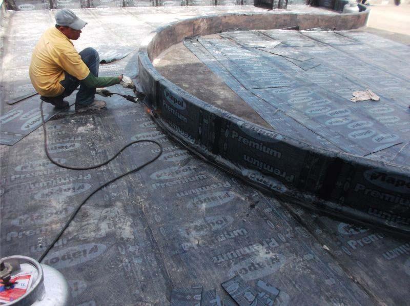 Aplicação de manta asfáltica em laje