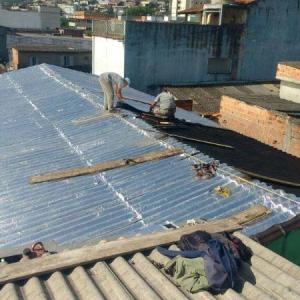 Aplicação de manta asfáltica em telhado