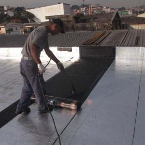 Aplicação de manta asfáltica aluminizada